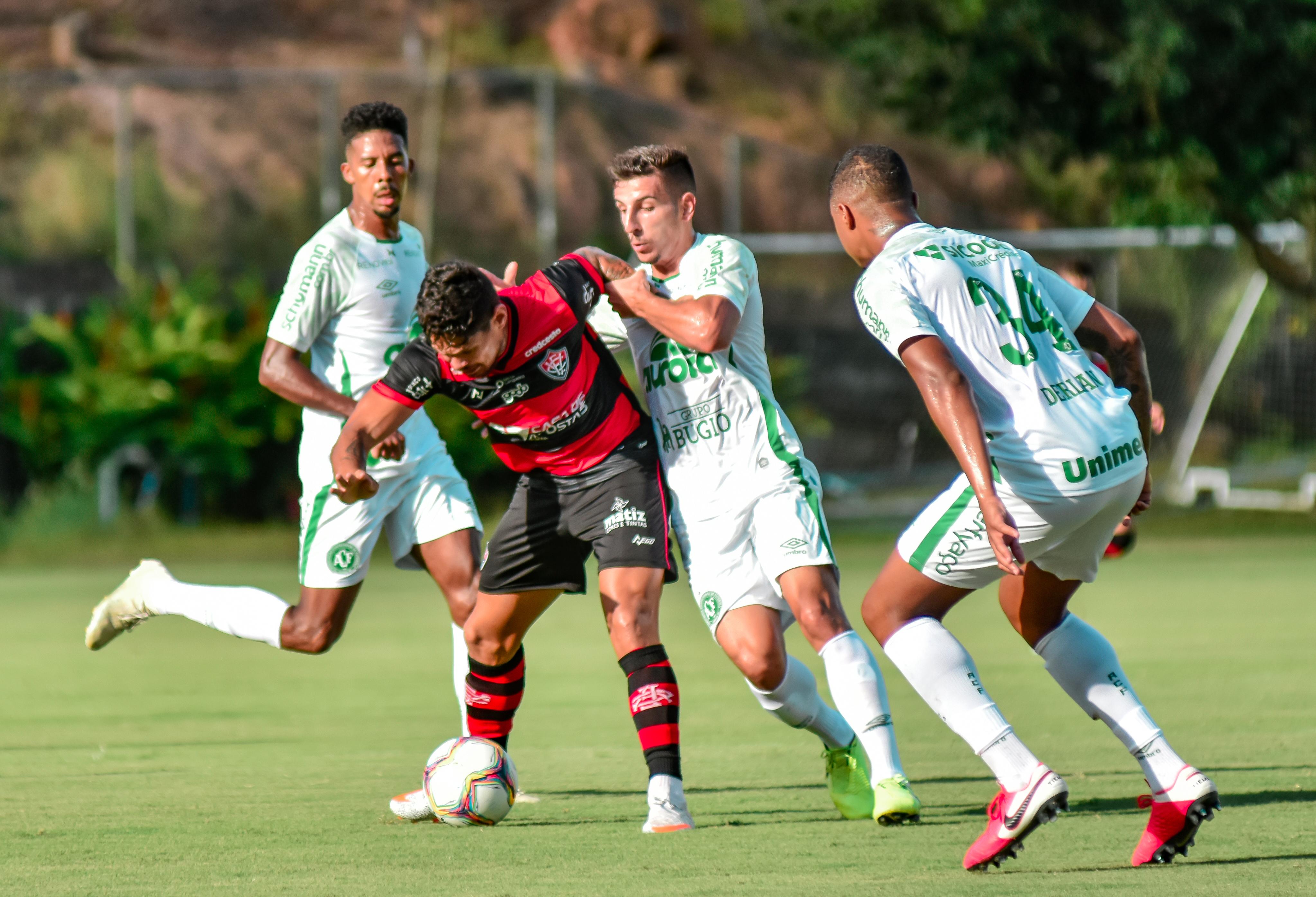 Vitória empata com a Chapecoense no Barradão e segue no Z4
